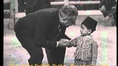 Une vidéo rare du feu Hassan II chantant à l´age de 3 ans   فيديو نادر من 1932 للحسن الثاني يغني و سنه 3 سنوات