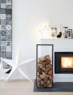 huge white star and modern log storage - Julebolig: Vinterlandskab i det nordiske hjem | Femina.dk