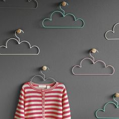 Graciosas perchas en forma de nube ideales para un dormitorio infantil