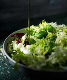Vihersalaatti x 4 – näin saat lisukesalaatista maukkaan - Kotiliesi. Seaweed Salad, Guacamole, Vegetarian Recipes, Food And Drink, Ethnic Recipes, Food Food, Dressings, Diabetes, Salad Plates