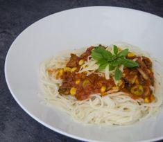 Špagety s paradajkovou omáčkou sú známou klasikou Spaghetti, Good Food, Ethnic Recipes, Healthy Food, Noodle, Yummy Food
