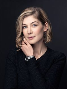 British actress, Rosamund Pike: Gone Girl, Pride and Prejudice, Die Another Day Headshot Poses, Portrait Poses, Female Portrait, Business Portrait, Business Headshots, Actrices Sexy, Female Poses, Portrait Inspiration, Portrait Photography