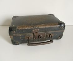 Antique little french suitcase x cm x cm) tall cm) Hard cardboard and metal Color between black and brown There is no key but the lid close very well and you can still use the suitcase Vintage condition with of course signs of age Old Luggage, Retro Bathrooms, Vintage Home Decor, French Vintage, French Antiques, Black And Brown, France, Suitcase, Etsy
