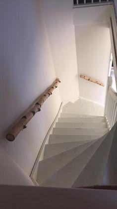 Berkenstam als trapleuning www. Banisters, Stair Railing, Open Trap, Porch Stairs, Sustainable Design, Stairways, Interior Design Living Room, Decoration, Light In The Dark