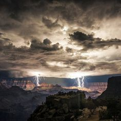 Lightning seen from Moran Point, Grand Canyon, Ariz.A lightning storm over the Grand Canyon creates some of the most stunning lightning photos we've seen in years. Grand Canyon Arizona, Arizona Usa, All Nature, Amazing Nature, Fotografie Workshop, Lightning Photos, Cool Pictures, Cool Photos, Unbelievable Pictures