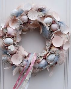 Adorable Easter Wreath Decoration Ideas With Egg And Bunny; Easter Wreath Decoration Ideas With Egg And Bunny; Egg And Bunny; Easter Wreaths, Christmas Wreaths, Diy Easter Decorations, Easter Holidays, Shell Crafts, Egg Shells, Diy Wreath, Spring Crafts, Easter Crafts
