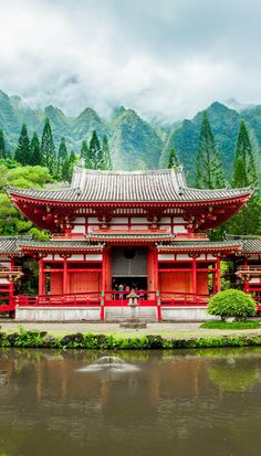 Byodo-In Temple in Oahu! Click through to see 27 of the most incredible places in Hawaii!