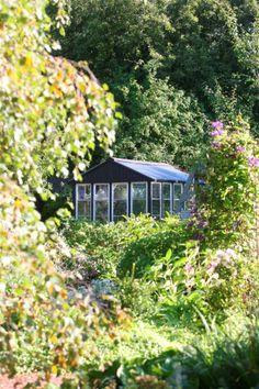 Kasvihuone on rakennettu kierrätysmateriaaleista.