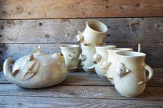 Tazza in ceramica realizzata al tornio con successiva applicazione di particolari gattosi.    Realizzo la tazza al tornio e poi penso a un gatto e alle