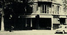 """Die Geschichte von Diptyque begann im Haus am 34 Boulevard St-Germain in Paris mit drei Freunden, die von der gleichen kreativen Leidenschaft angetrieben wurden. Mit ihrem einzigartigen Geschmack verwandelten sie die Boutique nach und nach in eine eigene Welt, mit einer faszinierenden Vielfalt an überraschenden Produkten, die das Trio von ihren Reisen mitbrachte - einzigartig in Paris. Als """"Händler für alles"""" ließen sie sich von ihrer unersättlichen Neugier und ihrem Gespür für Schönheit…"""