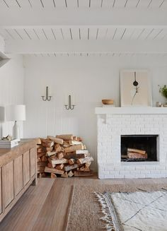 California Style, Epitomized: An Airy Lakeside House Redone by Jenni Kayne (Remodelista: Sourcebook for the Considered Home) Rugs In Living Room, Home And Living, Living Room Decor, Living Spaces, Cozy Living, Room Rugs, Small Living, Modern Living, Living Area