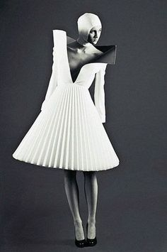 Architectural Fashion - three-dimensional dress with structured pleats. The dress looks like paper made pleats which gives it a used and household looking dress. Foto Fashion, 3d Fashion, Fashion Week, Fashion Details, Editorial Fashion, High Fashion, Ideias Fashion, Fashion Dresses, Fashion Design