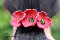 Diese Mohnblütenhaarspange wurde liebevoll gefilzt, ein Schmuckstück der besonderen Art, das den Sommer ins Haar bringt.  Aus extrafeiner Merinowolle wurden die Einzelblüten aufwändig nass...