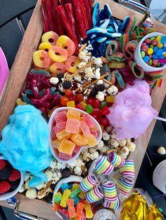 Sleepover Snacks, Movie Night Snacks, Night Food, Charcuterie Recipes, Charcuterie Board, Comida Disney, Kreative Desserts, Candy Board, Party Food Platters