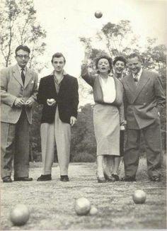 Photo de 1951. De gauche à droite Michel Emer, Charles Aznavour, Edith Piaf, Micheline Dax et Roland Avellis.