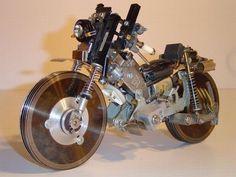 Si eres amante de la tecnología, y las motos son parte de tus gustos, no puedes dejar de admirar esta moto arquitectónica hecha con partes de computadora.
