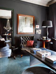 Фрагмент гостиной. Лампа на столике, Mavi Lizan. Маленький черный столик у кресла сделан из старинного стульчика для фортепиано.