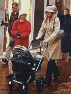 Maxima verschijnt na de geboorte van Amalia met een nanny in Den Haag.