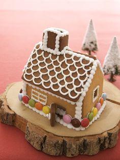 お菓子の家は、型紙に合わせてカットして焼いたクッキーで作ります。/クリスマススイーツ(「はんど&はあと」2012年12月号)