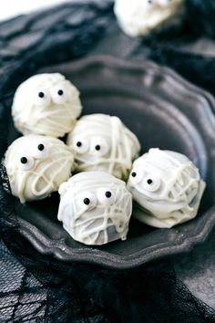 MUMMY OREO BALLS 4 adorable and festive Halloween Oreo Balls — monsters, pumpkins, bats, and mummies; each made with 5 ingredients or less! via chelseasmessyapro… Halloween Desserts, Oreo Halloween, Dulces Halloween, Postres Halloween, Halloween Goodies, Halloween Food For Party, Easy Halloween, Halloween Gifts, Halloween Buffet