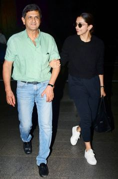 Deepika Padukone Flashes Her Million Dollar Smile As She Poses For Shutterbugs With Her Dad Prakash Padukone At Airport - HungryBoo Deepika Padukone Latest, Deepika Ranveer, Deepika Padukone Style, Chic Outfits, Fashion Outfits, Fancy Dress Design, Ripped Denim, Celebrity Look, Western Outfits