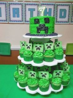 Quick and easy minecraft cake and cupcak  #cake #cupcak #Easy #Minecraft #Quick Bolo Minecraft, Minecraft Cupcakes, Minecraft Party Decorations, Minecraft Birthday Cake, Easy Minecraft Cake, Minecraft Houses, Minecraft Crafts, Minecraft Bedroom, Creeper Minecraft
