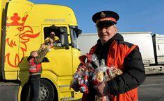 Zur Weihnachtszeit 2016 verteilte der Trucker-Service der Heilsarmee mit Unterstützung des FahrGut-Clubs auf Rasthöfen Weihnachtsgeschenke an LKW-Fahrer, um Ihnen Wertschätzung für ihre Arbeit entgegenzubringen. http://www.heilsarmee.de/projektbericht/fernfahrer-weihnachten (Foto: FahrGut Club)