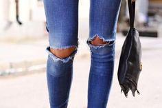 Calça jeans com rasgo nos dois joelhos