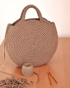 Crochet or crochet round woven bag.-Bolsa tejida en redondo en ganchillo o crochet. Crochet or crochet round woven bag. Crochet Diy, Crochet Crafts, Crochet Hooks, Crochet Ideas, Simple Crochet, Chunky Crochet, Crochet Round, Crochet Handbags, Crochet Purses