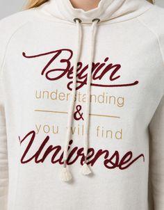 Sudadera BSK cuello alto. Descubre ésta y muchas otras prendas en Bershka con nuevos productos cada semana
