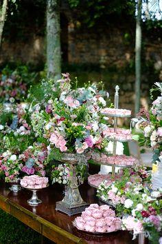 Fábio Borgatto e Telma Hayashi organizaram um lindo brunch na Fazenda Vila Rica para receber os amigos. Uma decoração florida marcou o encontro