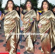 pinkyreddy_gold_kanjeevaram_saree_at_tsrtv9_awards.jpg (600×592)