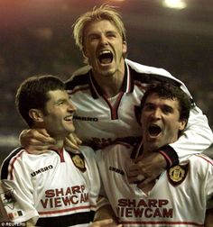 David Beckham, Roy Keane and Denis Irwin celebrate after Irwin's spot kick, May 5 Liverpool 2 - 2 Manchester United (Irwin, Yorke). Manchester United Images, Manchester United Legends, Manchester United Football, David Beckham Football, Roy Keane, Sir Alex Ferguson, Premier League Champions, Z Cam, Charming Man