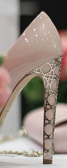 - Pink Dior details | LBV AW14 ♥✤                                                                                                                                                      More
