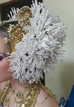 Tembleques, folclor de Panamá Seed Bead Flowers, Beaded Flowers, Seed Beads, Panama City Panama, Panama Canal, Hair Jewelry, Beaded Jewelry, Hair Beads, Birthday Dresses