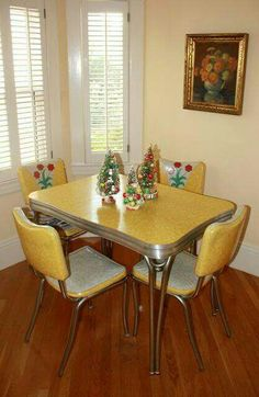 12 retro decorating ideas from readers - Retro Renovation Great site with retro Christmas decorations in their decked out settings. Love this yellow and white dinette set with metal legs. Casa Retro, Retro Home Decor, Vintage Decor, Retro Vintage, 1950s Decor, Vintage Stuff, Vintage Modern, Modern Retro, Vintage Yellow