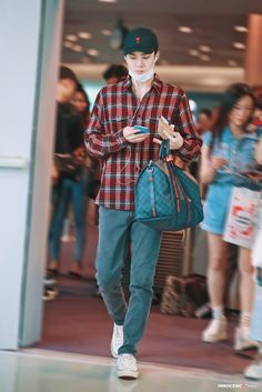 190730 Sehun Incheon Airport to Qingdao Petite Fashion, Curvy Fashion, Mens Fashion, Fashion Trends, Fashion Bloggers, Style Fashion, Sehun, Airport Look, Airport Style