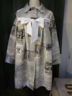 Manteau AGLAE en lin brut imprimé cartes postales anciennes en noir et blanc, fermé par un noeud de lin blanc (3)