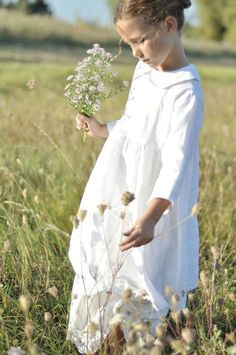 Picking flowers from the meadow for numerous bouquets. Now tell my grandchildren that I'll meet them in the meadow when we dream. Little People, Little Girls, Foto Art, Baby Kind, Beautiful Children, Cute Kids, Wild Flowers, Babys, Kids Fashion