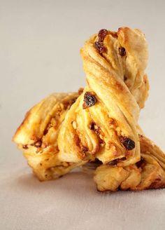 Cercate un dolce da assaporare? Provate questi kranz al cioccolato da preparare in pochi e semplici passi, seguendo i consigli di Sara Papa, la maestra del pane. http://www.alice.tv/pane/kranz-al-cioccolato