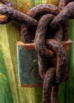 rusty lock and chain.                                                       …                                                                                                                                                     Más