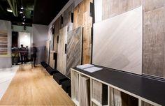 LEA: CERSAIE 2014 BOLOGNA Architettura espositiva realizzata da Bottega su progetto architettonico di DGO Diego Grandi Office (http://www.diegograndi.it), per le ceramiche Lea (www.ceramichelea.it). Struttura esterna composta da una travatura a sbalzo a sezione molto ridotta rivestita da piastrelle di grande formato e sorretta da una sola colonna. @cersaie @bottega_group #allestimentiFieristici #stand #industriaCeramica #architettureEspositive #exhibitionFair