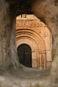 Puerta de la Basílica en Santillana del Mar. Santillana, Cantabria. España