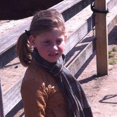 Annemijn is onder de indruk van de paarden!