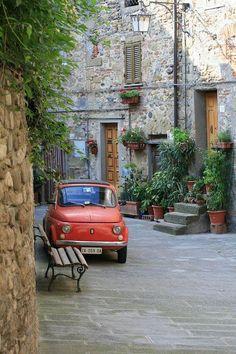 a wee fiat 500 in italia Piaggio Vespa, Vespa Scooter, Vespa 150, Fiat Cinquecento, Fiat Abarth, Vintage Vespa, Vintage Cars, Toscana, Vespa Modelle