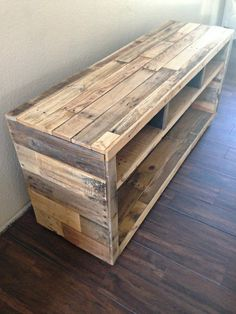 Pallet Furniture Projects DIY Pallet Media Console Table - Pallet projects are gaining huge popularity in the DIY world. Rightfully so! You can create beautiful pieces of furniture and more for really cheap or even free. Wooden Pallet Furniture, Wooden Pallets, Rustic Furniture, Diy Furniture, Pallet Wood, Modern Furniture, Furniture Plans, Pallet Chair, Pallet Bedroom Furniture