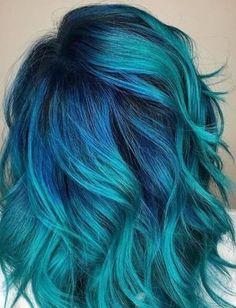 Blaugrün Haarfarbe mit Kobalt-Wurzeln