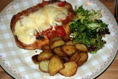 Een verrukkelijke Italiaans gerecht; zelfgemaakte kipschnitzel met een tomaten-mozzarella topping, even kort gegratineerd in de oven.