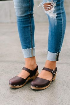 Women shoes Sneakers Leather Sandals - Women shoes With Jeans Casual - Women shoes For Work Over 40 - Women shoes Wedges Sandals Summer Dansko Shoes, Clogs Shoes, Shoe Boots, Clogs Outfit, Sandals Outfit, Outfit Jeans, Cute Shoes, Me Too Shoes, Shoes 2018