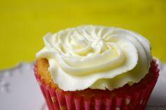Il frosting di ricotta e philadelphia è ideale per farcire cupcake e torte. Una glassa senza burro, dal sapore delicato e semplice da preparare con il bimby.